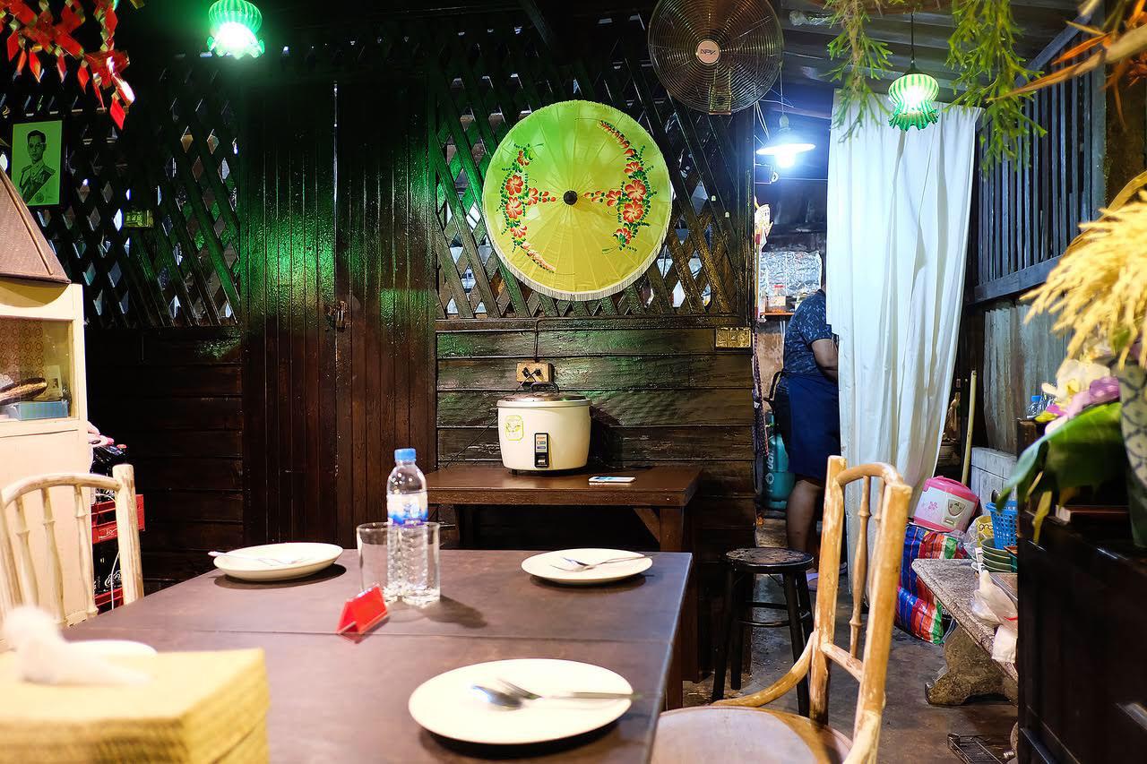 ทางร้านมีโต๊ะแค่สองโต๊ะ เนื่องจากทางเจ้าของร้านเน้นคุณภาพ และต้องการดูแลลูกค้าทุกคนให้ทั่วถึง